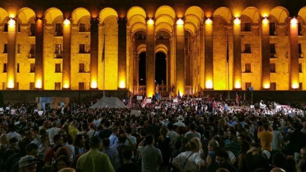Грузија: Након уличних нереда у Тбилисију, председник парламента поднео оставку; Најмање 240 људи, од чега 80 полицајаца, повређено је у сукобима када је хиљаде људи покушало да упадне у зграду парламента