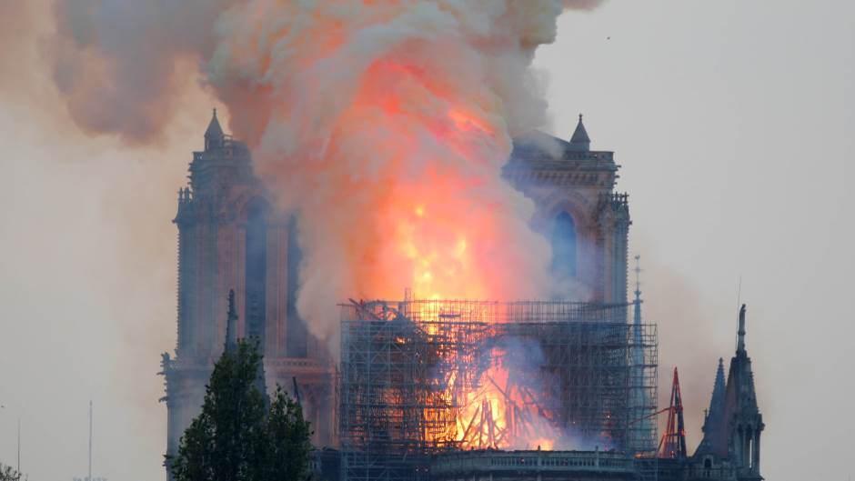 Париз: У катедрали Нотр Дам избио пожар, изгорео читав кров, а торањ се урушио