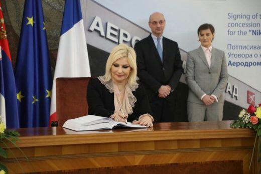 Подсетила је да је на томе рађено у претходних неколико година и да и да је  штета што председник Александар Вучић није присуствовао потписивању посто  је то ... fe6587215c7cb