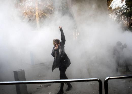 Иран: У протестима који се одржавају широм земље убијено још десетак људи; неки полицајци предали оружје демонстрантима и прешли на њихову страну