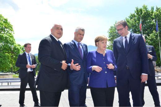 Застава Косова на Нотр Даму или како је прича о српско-француском пријатељству већ одавно само шупља дипломатска фраза