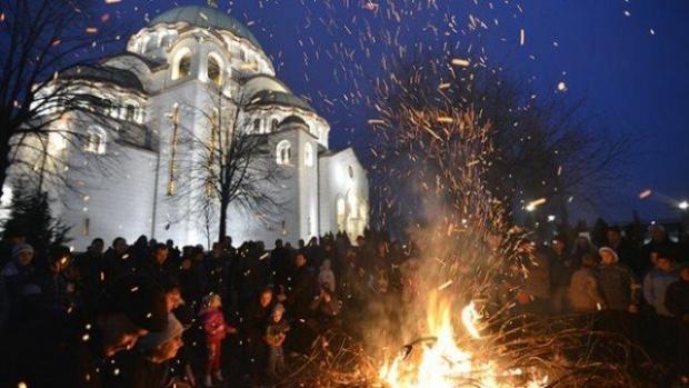 Badnje veče u Srbiji, patrijarh Irinej zapalio badnjak ispred Hrama Svetog Sa...