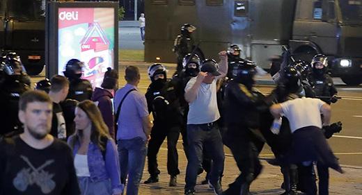 Белорусија: У центру Минска одјекују експлозије, демонстранти дижу барикаде, бакљом запаљен аутобус, брутално премлаћивање грађана, једна особа погинула када јој је у рукама експлодирала експлозивна направа