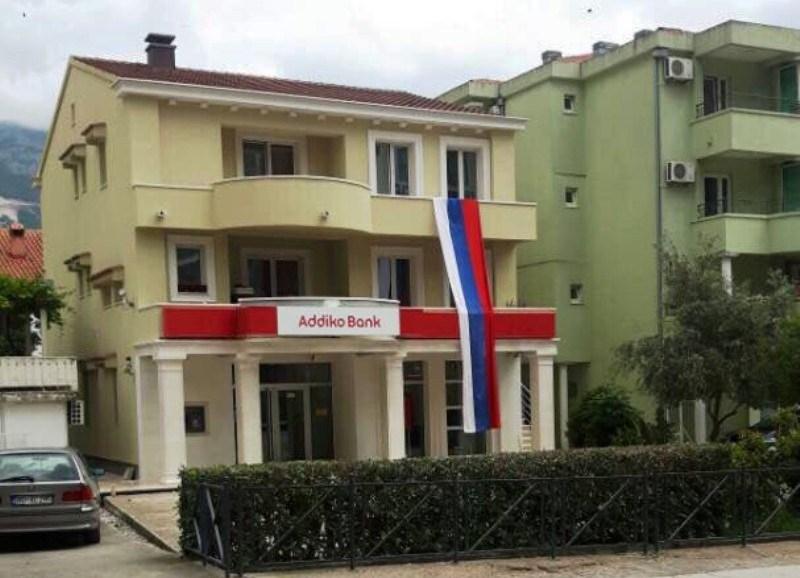 Будва: Полиција привела функционера Нове српске демократије Мила Божовића зато што је испред своје куће истакао српску тробојку