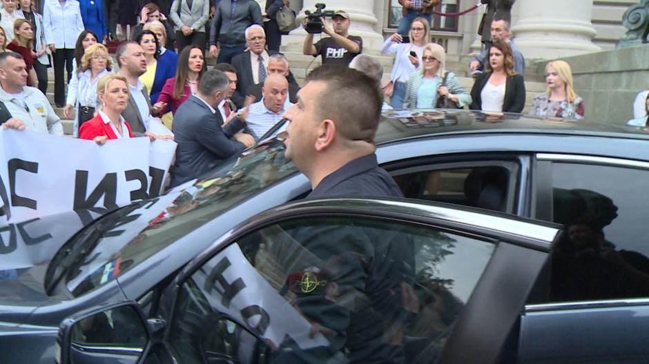 Инцидент испред скупштине, Шешељев аутомобил изгурао посланике Двери, возач бејзбол палицом ударио Југослава Кипријановића; Шешељ од свог возача тражио да их згази