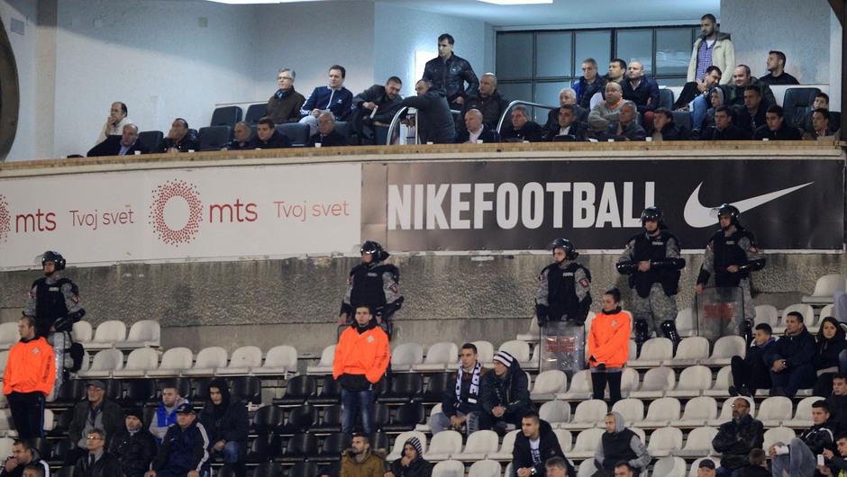 """И на јучерашњој утакмици Партизана, организоване групе пребијале навијаче који су викали """"Вучићу педеру"""" - Полиција није реаговала 2"""