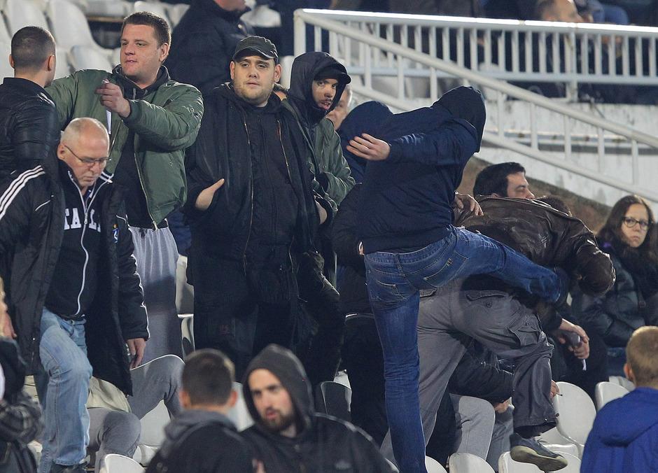 """И на јучерашњој утакмици Партизана, организоване групе пребијале навијаче који су викали """"Вучићу педеру"""" - Полиција није реаговала 3"""