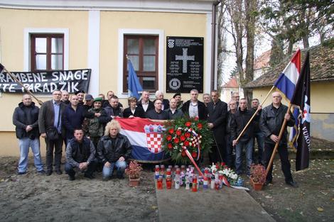 """Хрватска: Ветерани ХОС-а у Јасеновцу поставили спомен обележје са натписом """"За дом спремни"""""""