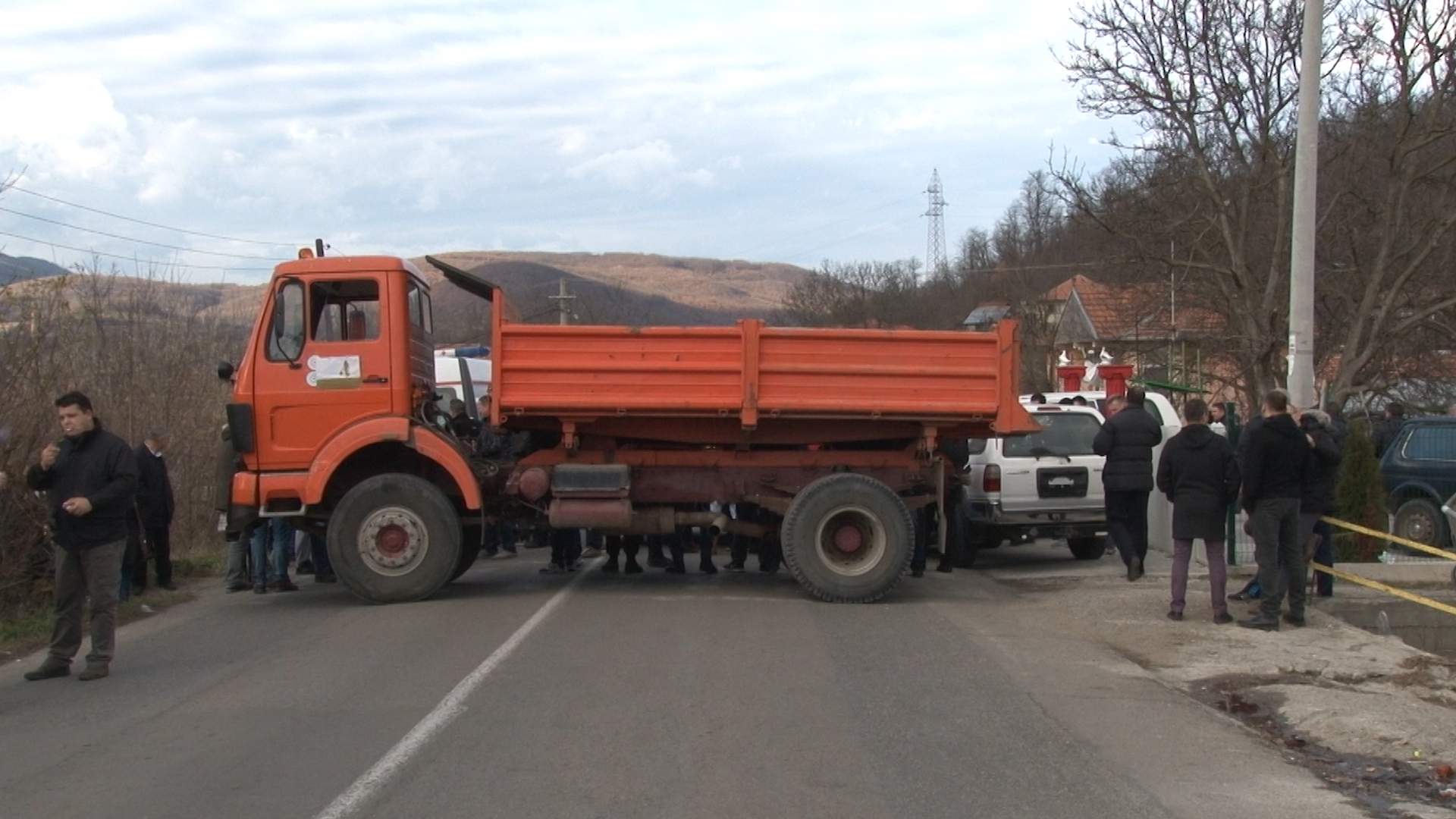 Срби у Звечану блокирали магистрални пут због доласка Исе Мустафе на север Косова; Кфор: Наставићемо да радимо у корист свих грађана Косова