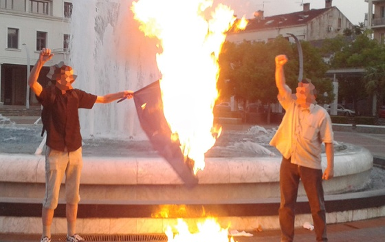 Подгорица: Активисти Партије рада запалили заставу НАТО